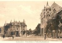 A szülőház egy korabeli képeslapon.