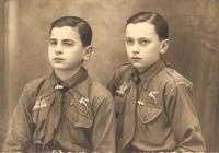 Mészöly Miklós a bátyjával, Dénessel 1934-ben