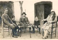 Családi kép 1935 körül, a szőlőben Szekszárdon a Benedek-völgyben