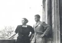 Édesanyjával 1939 körül