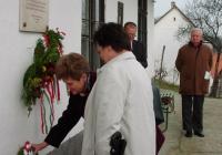 Az Illyés Gyula Megyei Könyvtár nevében Németh Judit és Elekes Eduárdné koszorúz (2003.11.26.)
