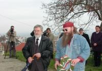 Gacsályi József és Dicső Zsolt koszorúz a Pad Irodalmi és Művészeti Folyóirat nevében (2003.11.26.)
