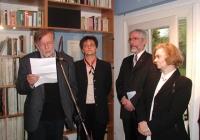 Tolnai Ottó költő a megnyitó beszédét mondja. (2005.04.11.)