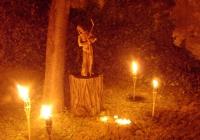 Fáklyafényes hangulat a kertben Pálinkás Judit Vándor c. szobrával