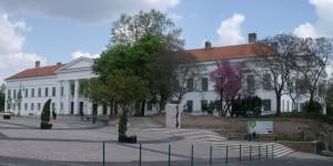 A felújított Vármegyeháza a felújított Béla király téren