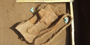 5. kép: A kelta sír meghajlított vaskardja és a pajzsdudor